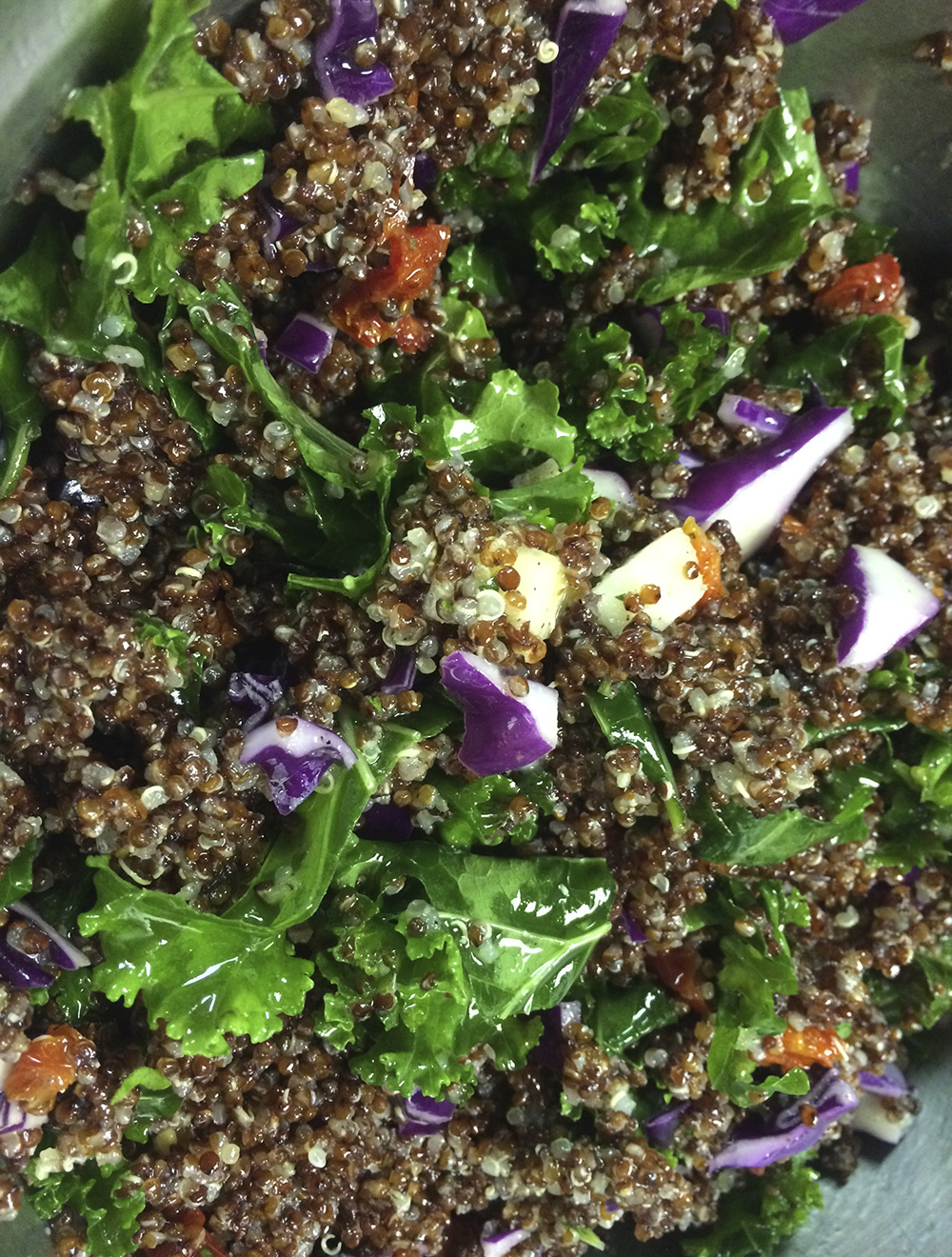 Green salad with red cabbage and tomatoes